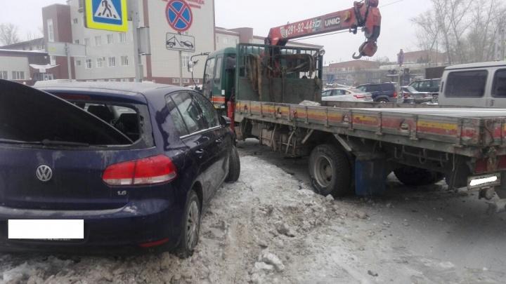 Видео: грузовик собрал три легковых авто в ДТП на Станционной