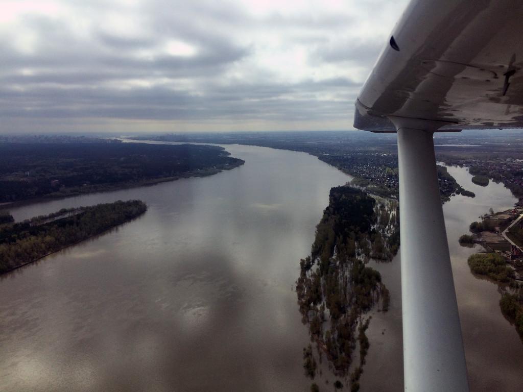 Река Обь под крылом самолета