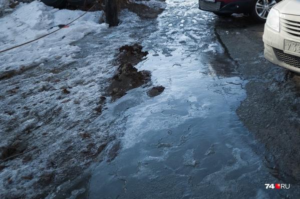 Вода бежала из-под земли прямо на проезжую часть
