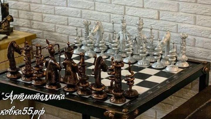 Омские кузнецы выковали богатырские шахматы: каждая фигура весит килограмм