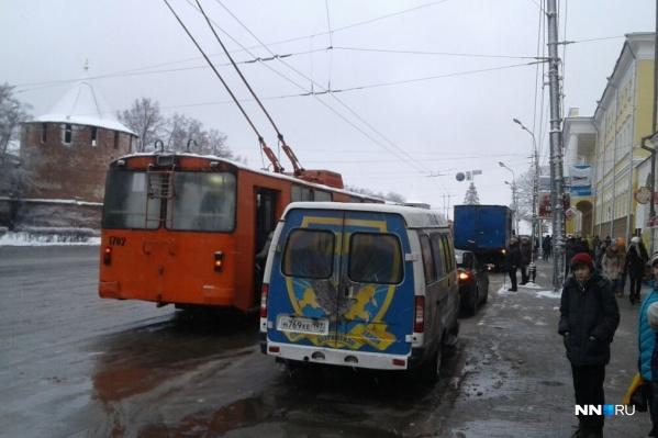 18 декабря автомобиль ЛДПР замер в непосредственной близости от остановки на площади Минина и Пожарского. Как и легковушка перед ним. Троллейбус вынужден вставать вторым рядом