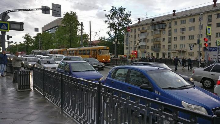 Отправляйтесь пешком: Екатеринбург встал в 9-балльную пробку
