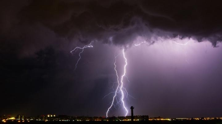 МЧС предупредило омичей о надвигающемся сильном ветре и грозе