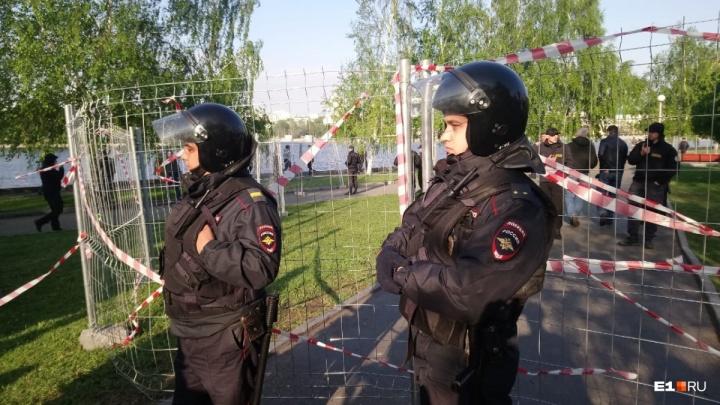 Снова уронили забор: начался второй день битвы горожан за сквер у Драмтеатра