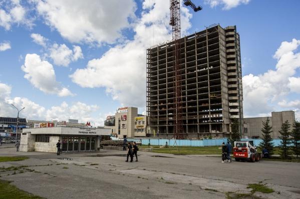 Со здания гостиницы «Турист» сняли стеновые панели