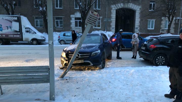 В Уфе легковой Mercedes влетел в остановку