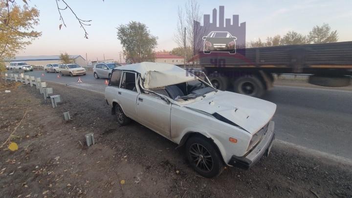 Водитель «четверки» пострадал после того, как влетел под припаркованный грузовик