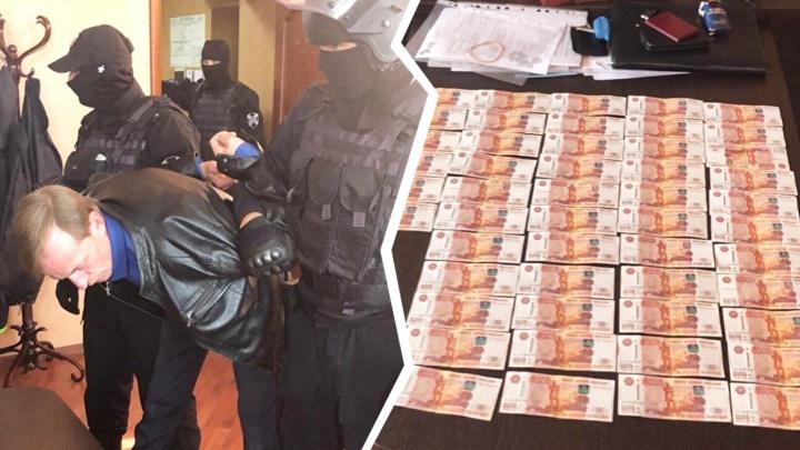 В Челябинской области СК закончил работу над делом сотрудника мэрии, задержанного за взятку