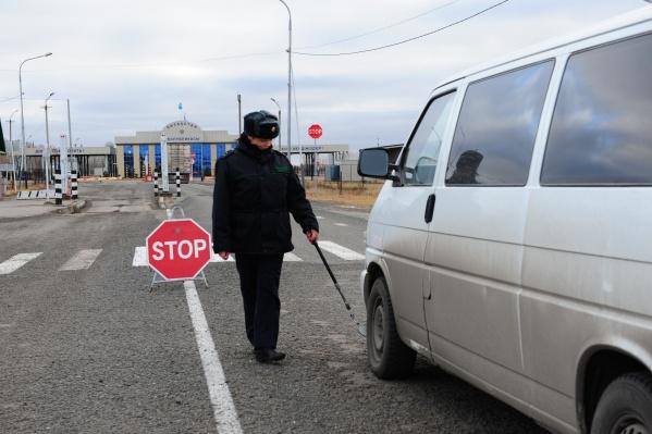 Проехать через границу не пятиминутное дело, и поэтому на въездах в пропускные пункты собираются очереди