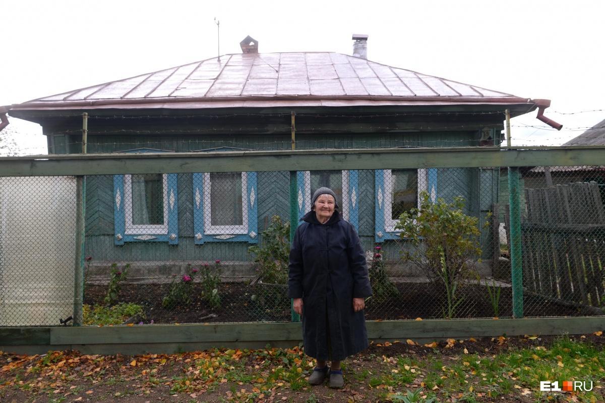 Маргарита Александровна все еще сама работает в саду. Когда мы ее застали, она пересаживала смородину