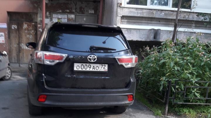 «Я паркуюсь как...»: бронированный «инвалид» и автохамы против бетона