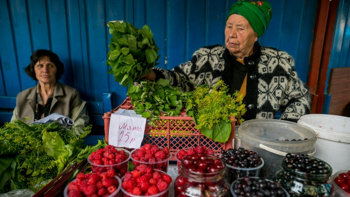 «Сейчас самый сезон»: что продается на уличных рынках Красноярска и сколько это стоит