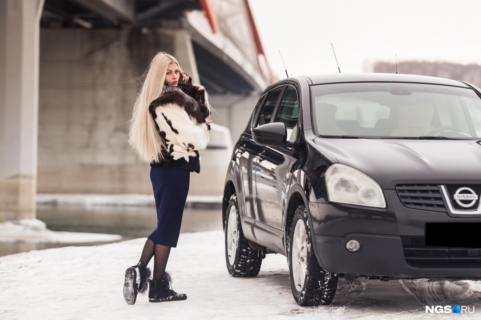 Блондинка Татьяна дороги не боится: говорит, всегда найдутся водители, которые придут на помощь