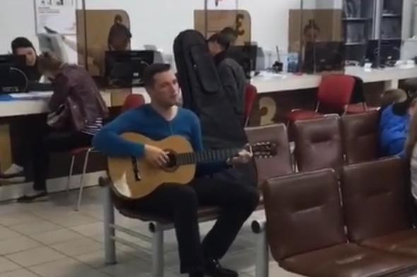 Гитарист помог жителям Демы скоротать время в очереди