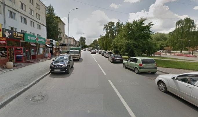 84-летняя тюменка во дворе попала под колеса погрузчика