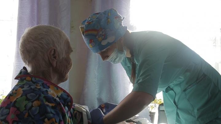 Уральская предпринимательница привезла врачей к бабушкам, которые делают крем-мед в глухой деревне