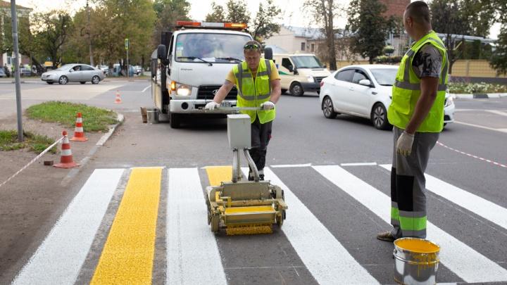 Ночью светится и долго служит: что дастводителям и пешеходам новая разметка дороги