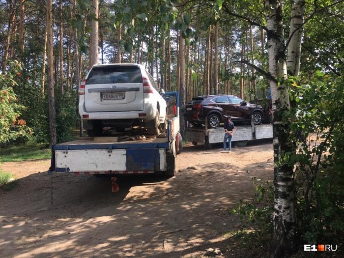 Судебные приставы увезли с Шарташа два автомобиля владельцев «Карасиков»