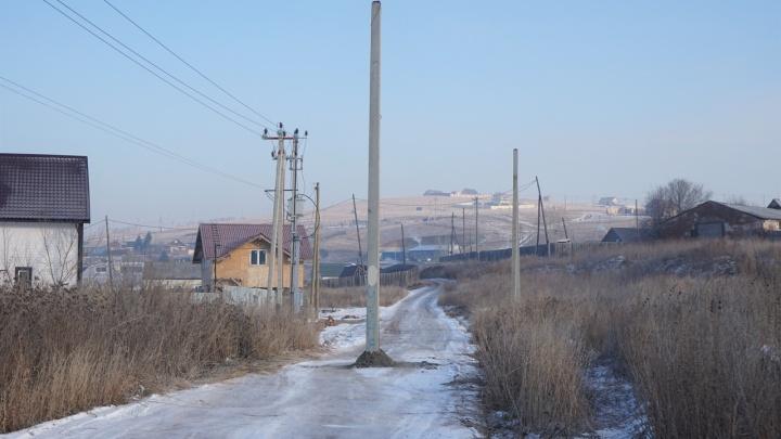 «Дороги по документам нет»: при прокладке ЛЭП столб для нее вкопали посреди улицы в поселке Логовой