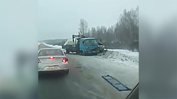 Грузовик вылетел с трассы под Новосибирском