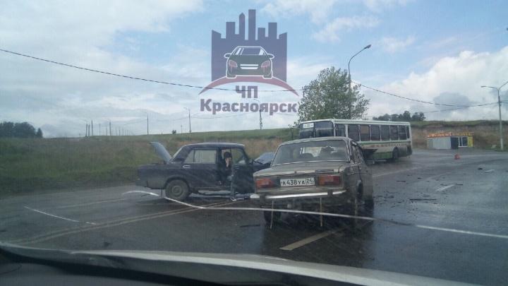 «Битва титанов»: в «Солнечном» после столкновения двух ВАЗов оба водителя оказались в больнице