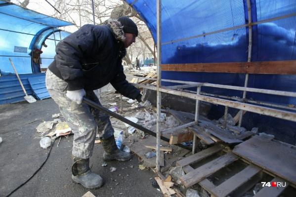 Около 10 утра на рынке появилась бригада по демонтажу