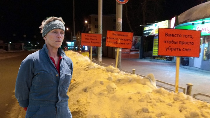 Три билборда на границе Амурского посёлка: кто и зачем их ставит?