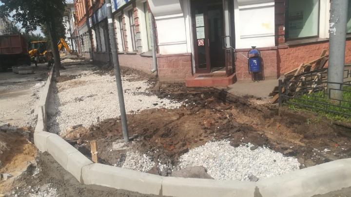 «Чудом ноги не сломал»: когда закончится ремонт тротуаров на разбомбленной улице в центре Ярославля