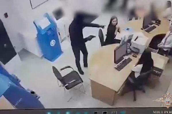 Мужчина угрозами заставил сотрудниц банка отдать ему деньги