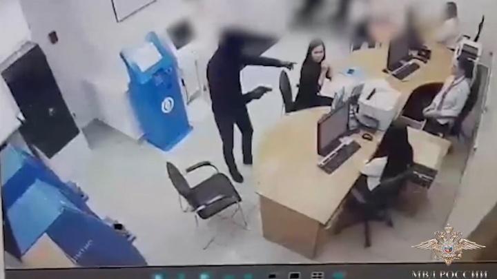 Ограбил банк, чтобы погасить долги: полицейские показали видео нападения на «Открытие»