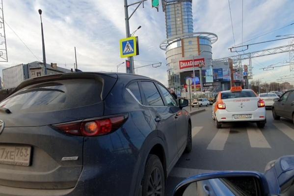 Машины заблокировали кольцо у ТЦ «Вертикаль»