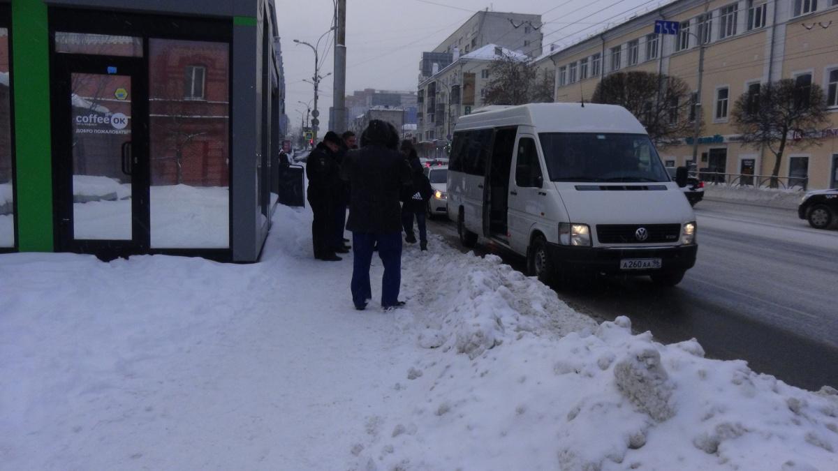 Фото сделано во время рейда ГИБДД. Таких снежных валов на остановках быть не должно