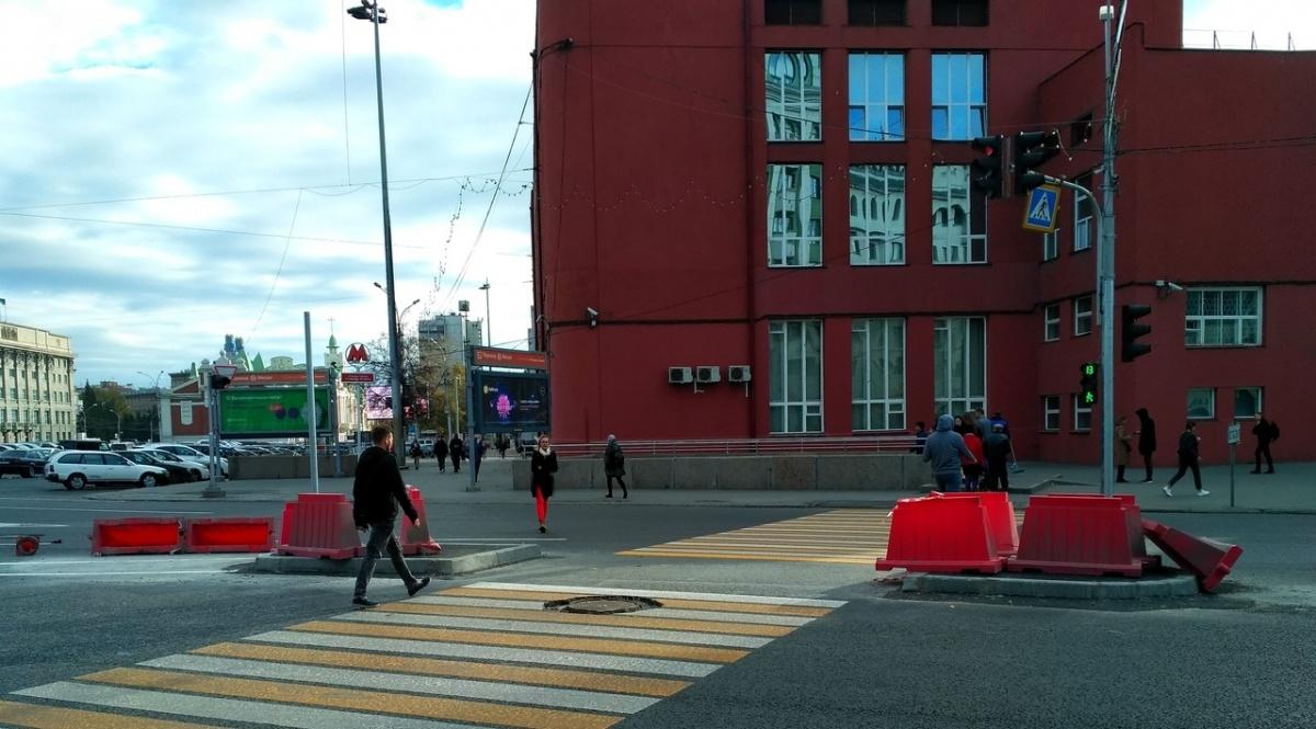 Островки сделали рядом с входом на станцию метро «Площадь Ленина»