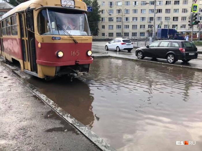 Трамваи не могут ходить, если вода поднялась выше 10 сантиметров