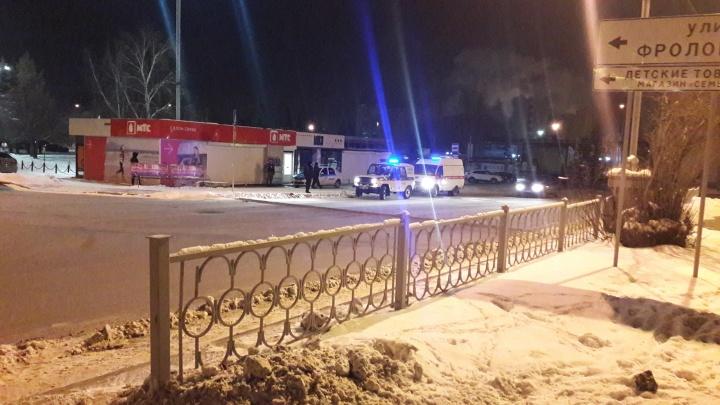 «Стоит полиция, охрана и скорая»: на ВИЗе трое мужчин ограбили салон сотовой связи