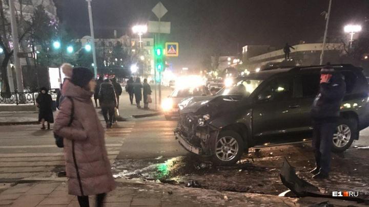 «Машина разбилась так, что с ума сойти можно»: у Оперного столкнулись две иномарки и микроавтобус
