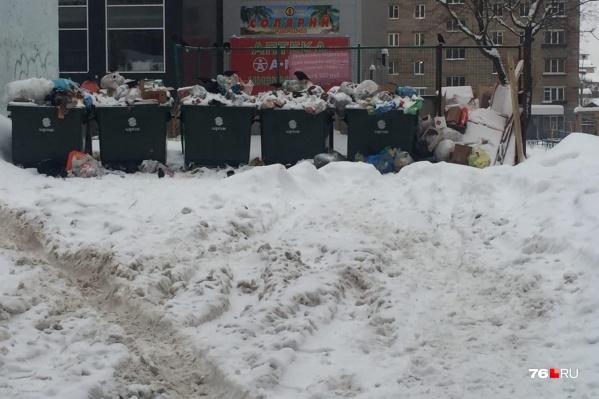 Мусоровозы не могут подъехать к контейнерной площадке из-за снежных завалов