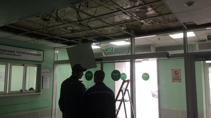 В приемном отделении краевой больницы обрушилась потолочная плитка