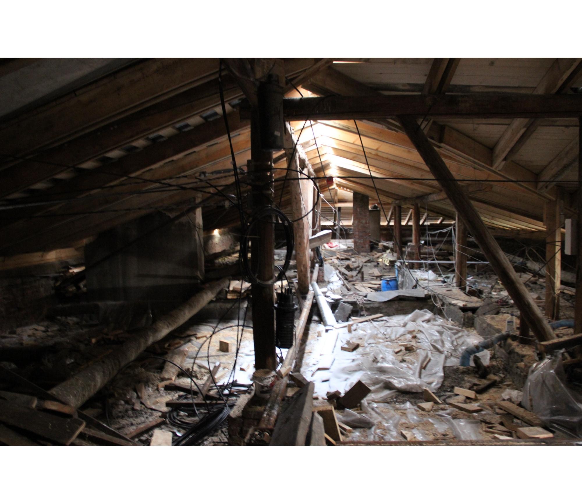 Начавшийся в доме на Урицкого, 12 ремонт доделать не успели — рабочие пропали, а дом с недоделками законсервировали на зиму