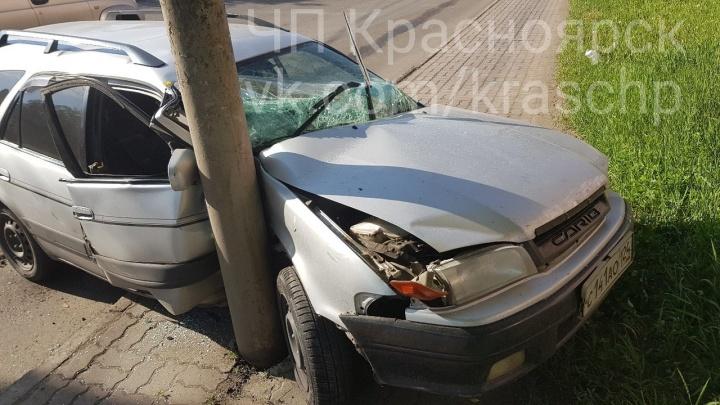 «Тойоту» занесло в столб на только что помытой дороге