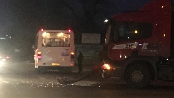 На севере Волгограда автовоз подбил пассажирский автобус