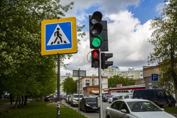 Этот светофор запрещает пешеходам переходить дорогу вместе с параллельным потоком машин