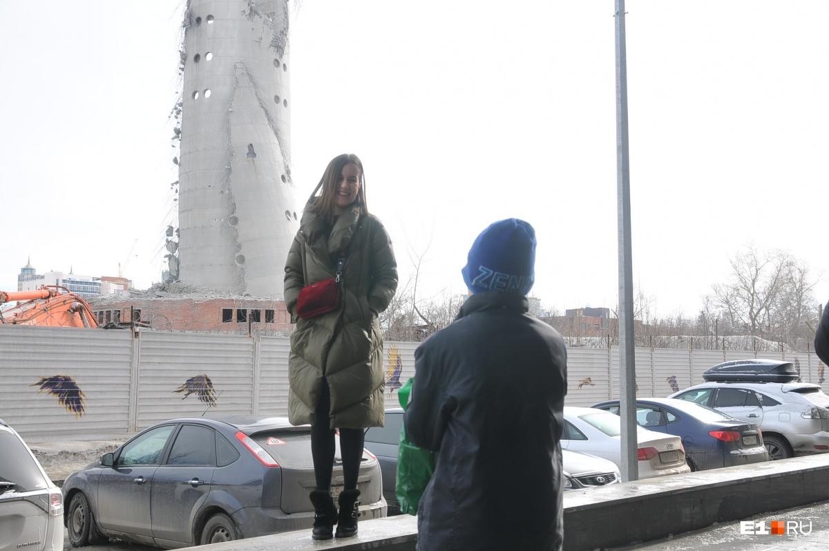 Фотография на фоне того, что осталось от башни
