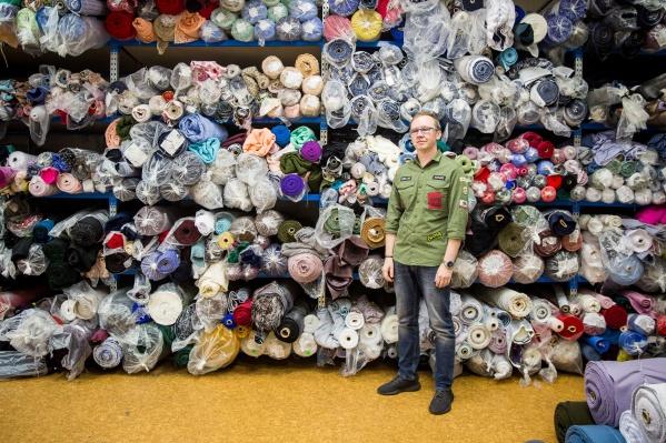 Десять лет назад новосибирец Артём Кабышев лишился всего на пожаре в павильоне Центрального рынка, после происшествия он сделал бизнес по производству одежды и тканей