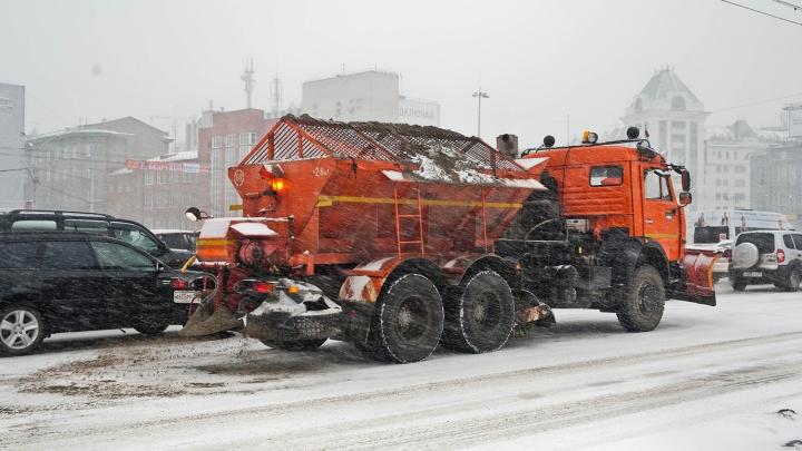 Дороги Новосибирска засыпали песком и солью из-за снегопада