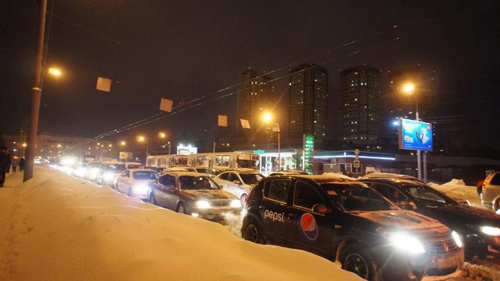 Утро не задалось: новосибирские водители встали в 8-балльные пробки
