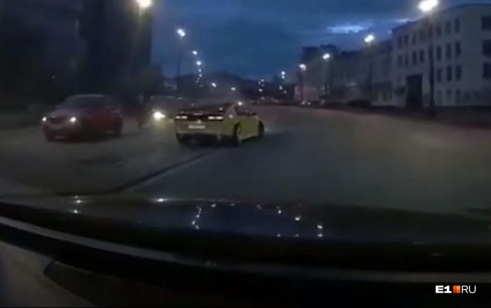 Водитель Nissan специально пустил свое авто в занос