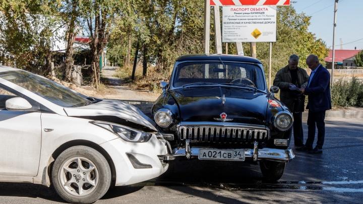 «Такую красоту испортили»: раритетная черная «Волга» попала в аварию в Волгограде