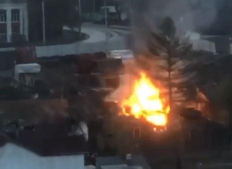 В районе Копылова под утро сгорел проблемный для строителей частный дом