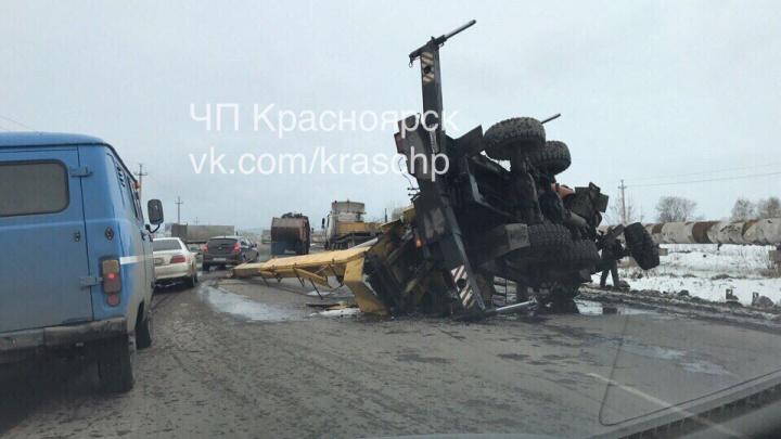 Перевернувшийся автокран заблокировал часть Северного шоссе